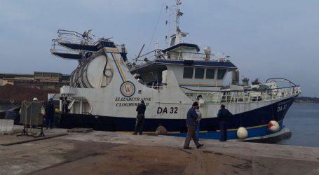 Brod 'Gradnja 110' podignut, stabiliziran i otegljen iz pulske luke, pogledajte fotografije