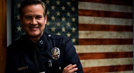 """Zapovjednik policije iz Los Angelesa Cory Palka kleknuo s prosvjednicima: """"Solidarni smo sa zajednicom"""""""