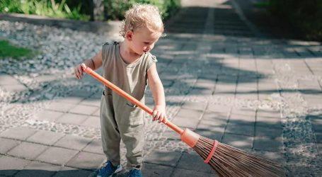 Jednostavni trikovi da naučite svoju djecu pospremati i čistiti