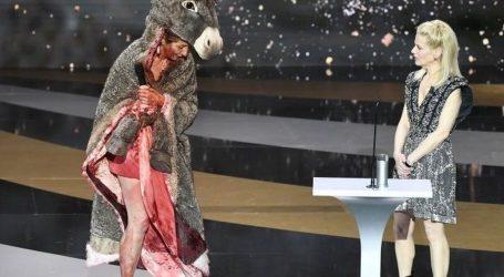 Francuska: Šok na dodjeli nagrade Cesar: Glumica se skinula gola, prosvjedujući protiv zatvaranja kazališta