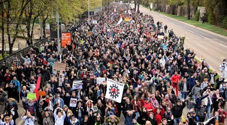 Na ulicama Stuttgarta više od deset tisuća ljudi, prosvjeduju protiv koronamjera