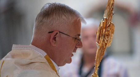 """Nadbiskup Uzinić odgodio sakramente prve pričesti i krizme. Uslijedile uvrede: """"Da ti vjeruješ u Isusa Krista, ne bi dokinuo blagoslovljenu vodu i pričest na usta"""""""