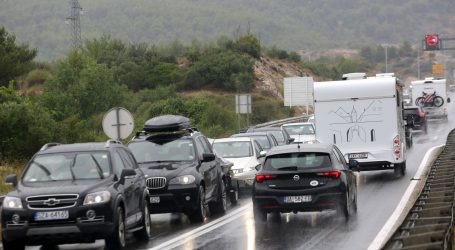 HAK: Jaki vjetar ograničio promet na Jadranskoj magistrali, kolnici mokri i skliski