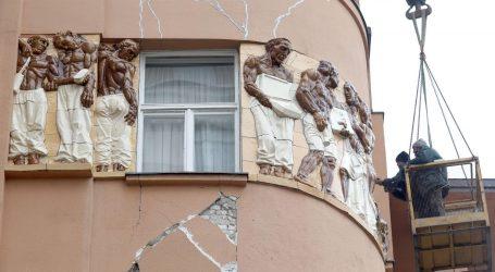 Snažan vjetar u Zagrebu: Otpala fasada s kuće Popović na kojoj je Meštrovićev reljef Seljaci, željezna štanga pala na čovjeka