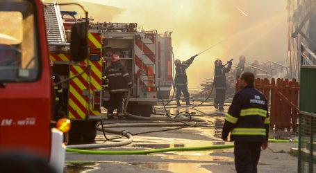 U tvornici stolarije i prerade drva u Valpovu izbio je veliki požar, na terenu 13 vatrogasnih vozila