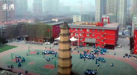 Na igralištu moderne azijske škole stoji drevni toranj, postavljen je u vrijeme dinastije Ming