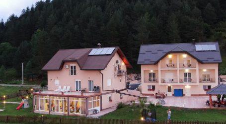 SDSS-ov načelnik od države dobio pomoć za izgradnju obiteljske kuće. Izgradio apartmane za turiste i razvio biznis