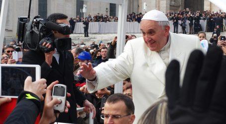 Papa Franjo se cijepio i otišao među ljude: Rukovao se i dopustio im da mu ljube ruke