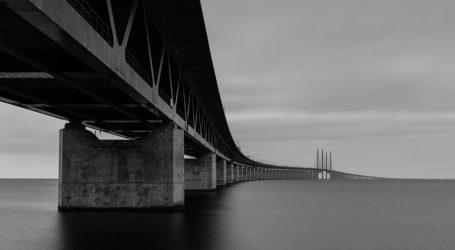 Na mostu: Pandemija nije zaustavila tradiciju susreta švedskih blizanaca