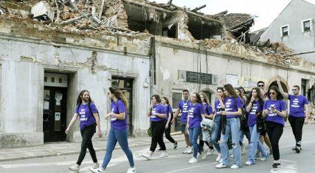Maturanti u Petrinji proslavili kraj srednjoškolskog obrazovanja: Oprostili se od škole i prošetali središtem razrušenog grada