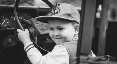 Dvoipogodišnji dječak uzeo ključeve automobila, pokrenuo ga, vozio stotinjak metara i zabio se u stup
