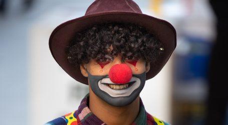 U Mumbaiju volonter odjeven kao klaun dezinficira zabačene gradske četvrti