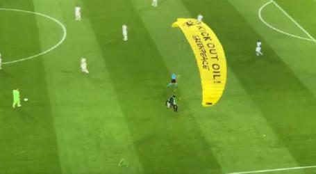 Prosvjed Greenpeacea uoči početka utakmice Njemačke i Francuske zamalo završio tragedijom