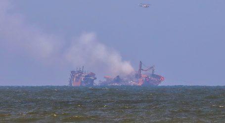 Brod pun kemikalija tone uz obalu Šri Lanke