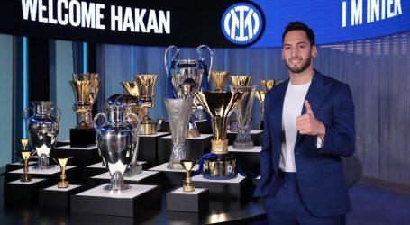 Hakan Çalhanoğlu napustio AC Milan i potpisao za Inter