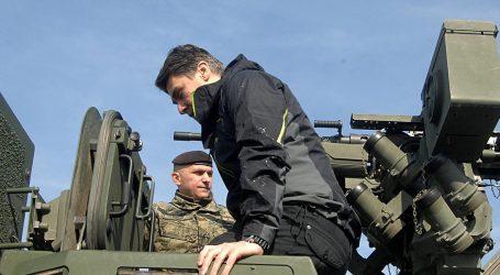 HDZ objavio snimku Milanovićeva pada s oklopnog vozila, nazvali ga iskompleksiranim i opterećenim