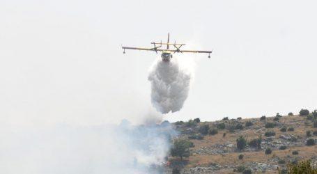 U gašenju sudjelovalo 34 vatrogasca i kanader: Ugašen požar na predjelu Rudine-Kaštel Štafilić