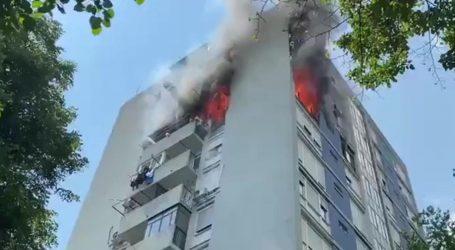 Gorio neboder u Novom Zagrebu, vatrogasci iz plamteće zgrade spasili 6 stanara i više životinja