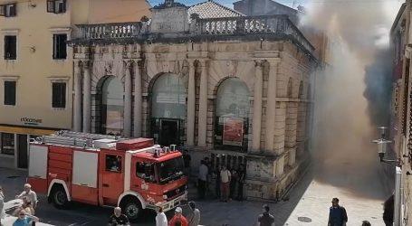 Izbio požar u centru Zadra, stara gradska jezgra u dimu, stanovnici evakuirani