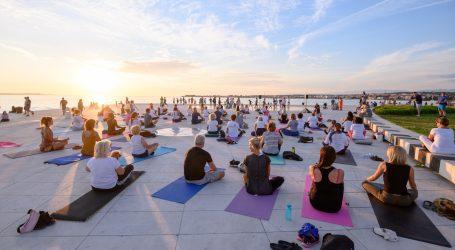 Zadar: Vježbači povodom obilježavanja Međunarodnog dana joge pozdravili Sunce