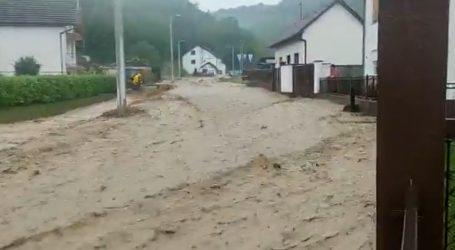 Poplava u Vidovcu pored Požege, jaka bujica nosi sve pred sobom