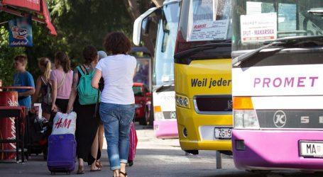 Autobus koji glumi vlak: Iz Zagreba do Splita vozi sedam i pol sati, staje u svako selo, turisti u šoku, misle da je skrivena kamera