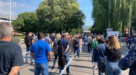 Gužva na Zagrebačkom velesajmu, građani u tri duga špalira čekaju na cijepljenje