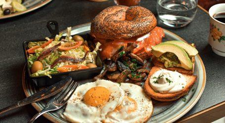Više hrane na tanjuru, brzo jedenje i veći zalogaji uzrokuju prejedanje