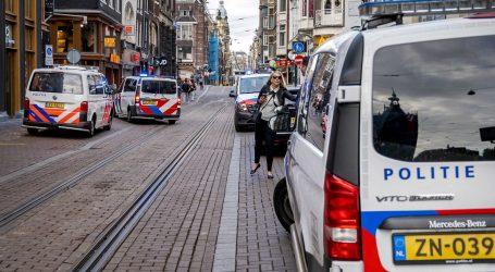Nizozemski novinar ustrijeljen u Amsterdamu, u kritičnom je stanju. Uhićene tri osobe