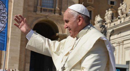 Papa se prvi puta pojavio u javnosti nakon operacije, na bolničkom balkonu predvodio misu za stotine okupljenih