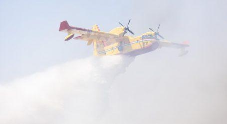 Dva kanadera i helikopter gase požare u Dalmaciji, gori kod Zadra i Splita