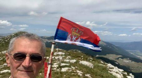 """Vučićev zastupnik i bivši radikal razvio srpsku zastavu na """"srpskoj"""" Dinari: """"Nigdje čobanina…"""""""