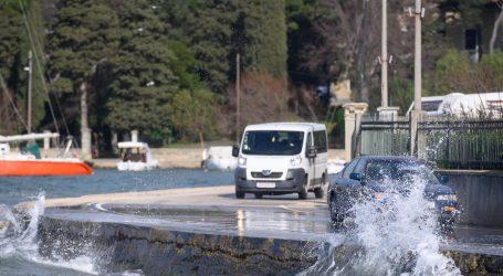 Jak vjetar usporava vožnju na jadranskim cestama, mokri i skliski kolnici na istoku zemlje