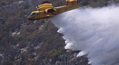 Veći dio požara na Biokovu pod nadzorom, vatrogasci se dežurati tijekom noći
