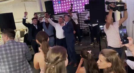 Pogledajte kako Škoro i Deur zagrljeni pjevaju 'Sude mi' na svadbi Deurovog sina