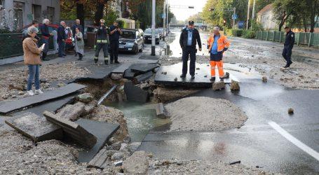 Pukla vodovodna cijev na Trešnjevci, poplavljeni podrumi i sutereni, a promet je obustavljen