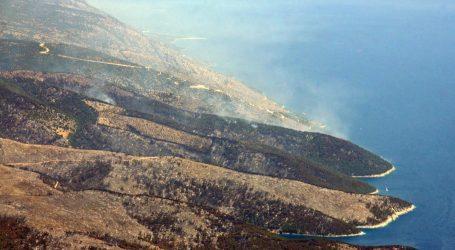 Lokaliziran požar na Braču, izgorjelo četiri hektara borove šume