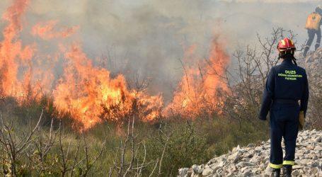 Dva kanadera gase požar kod Srime i Zatona