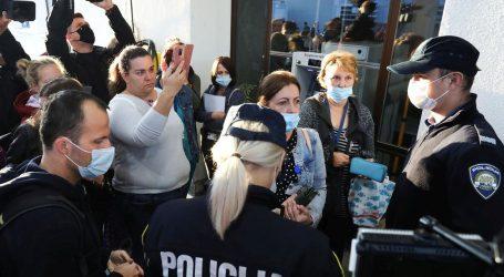 I danas prosvjednici pred KBC-om Zagreb, policija ih legitimira. Ravnatelj najavio mogućnost otkaza