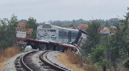 Vlak u Požegi naletio na kamion, dvoje ozlijeđenih: Šleper je bio na pruzi, kad se krenula spuštati rampa